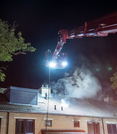 Brand in slaapkamer in Hoogvliet: vlammen uit het dak