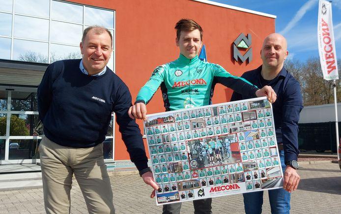Zaakvoerder Joël Awouters (Mecona), renner Stef Schurgers en Benny Schurgers (Sport en Moedig Genk) tonen trots de poster