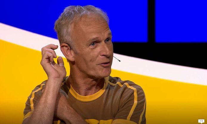 Cor Bakker doet voor hoe hij bij Herexamen stiekem de koptelefoon een stukje opzij deed