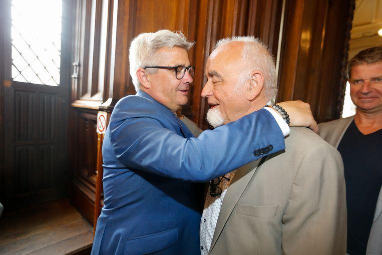 Kris Van Dijck begroet zijn voorganger als Vlaams Parlementsvoorzitter Jan Peumans.  Beeld BELGA