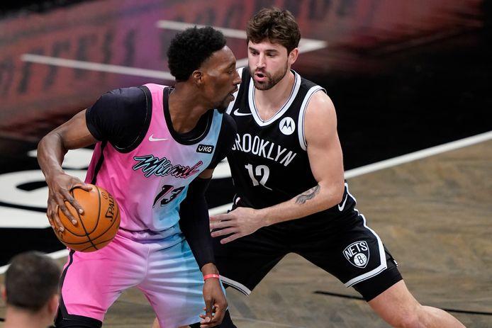 Bam Adebayo van de Heat in duel met Joe Harris van Brooklyn Nets.