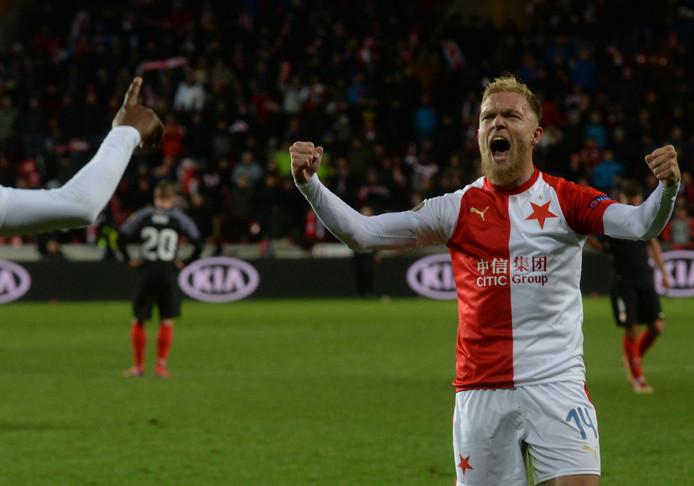 Mick van Buren viert het behalen van de kwartfinales van de Europa League.