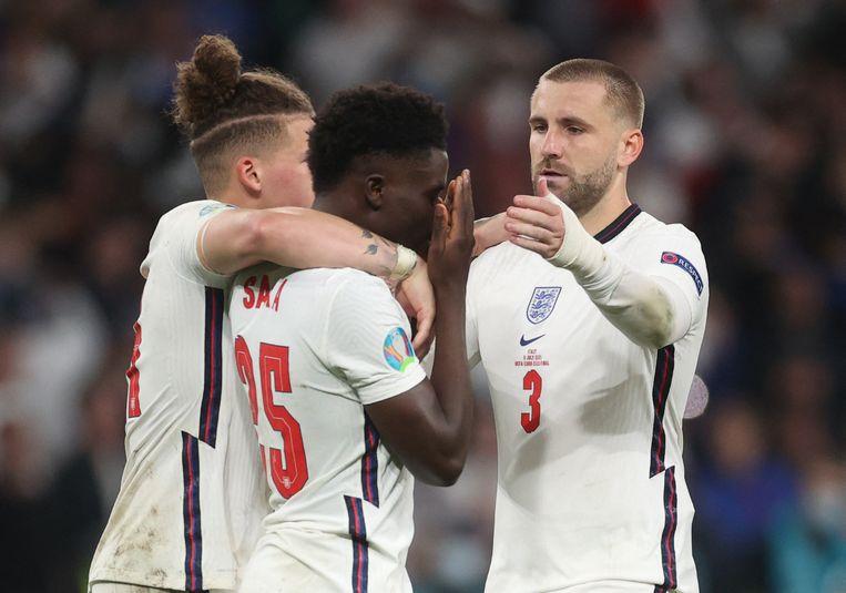 De Engelse speler Bukayo Saka wordt getroost na het missen van de beslissende strafschop in de EK-finale tegen Italië.  Beeld AFP