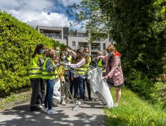 Zesdeklassers ruimen zwerfvuil in schoolomgeving op