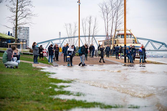 Het water in de Waal was begin februari op zijn hoogst: de Nijmeegse Waalkade stroomde deels onder.
