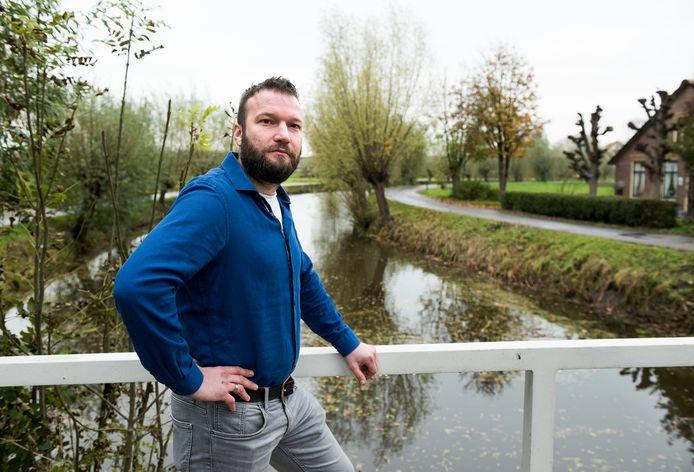 De knotwilgen langs de Lange Linschoten moeten weg, maar VVD-raadslid Gijs Hoogenboom is daar tegen.