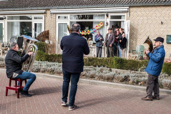 Leden van de Harmonie van Ottersum brengen een aubad aan Mat Jacobs die vandaag 90 geworden en ook al 60 jaar lid is geweest van de muziekgezelschappen in Ottersum. Muzikanten v.l.nr.r Henk Weijers, Harm Vullings en Wiel Martens.
