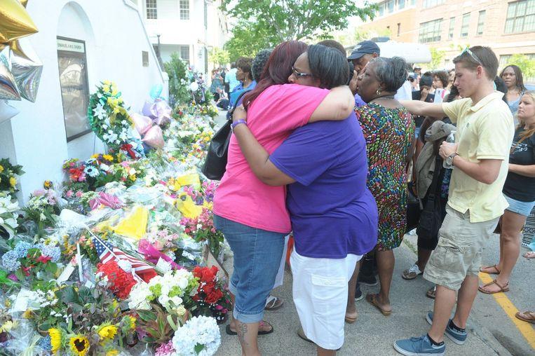Inwoners van Charleston zoeken steun bij elkaar. Beeld PHOTO_NEWS
