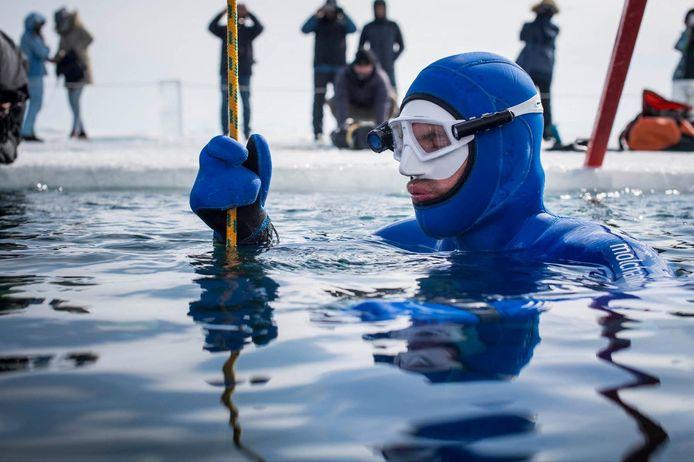 Alexey Molchanov, 34 ans, a plongé à 80 mètres de profondeur sous la glace du lac Baïkal, en Sibérie.