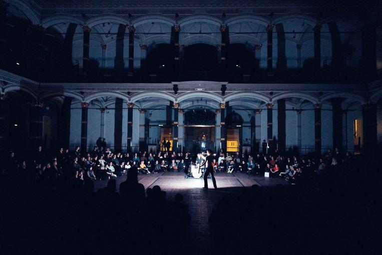 Voorstelling All Around met danseres Mette Ingvartsen en jazzdrummer Will Guthrie. Beeld Eike Walkenhorst