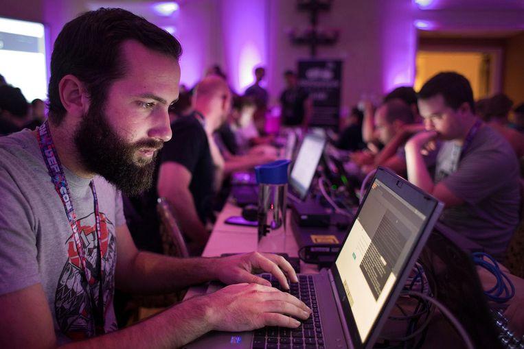 Hackers gaan tijdens Defcon tot laat in de avond de strijd met elkaar aan. Beloning voor de winnaars is een levenslange toegangspas tot Defcon. Beeld Jeroen de Bakker