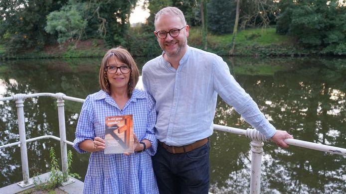 Chris Denert overhandigde het eerste exemplaar van haar debuutroman aan burgemeester Dimitri Van Laere.
