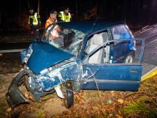 Passerende automobilisten rijden door na crash met gewonde in Epe