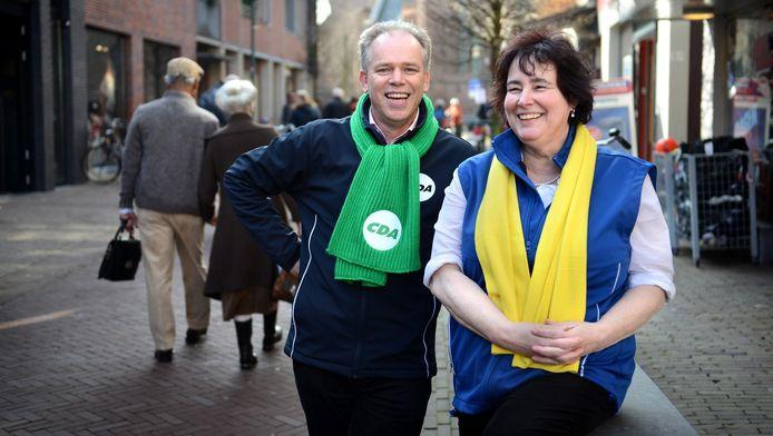 Eppie Fokkema vlak voor de verkiezingen van 2014, waarna hij wethouder werd. Rechts Judith van den Wildenberg, destijds lijsttrekker van de lokale partij Burger-Initiatief.
