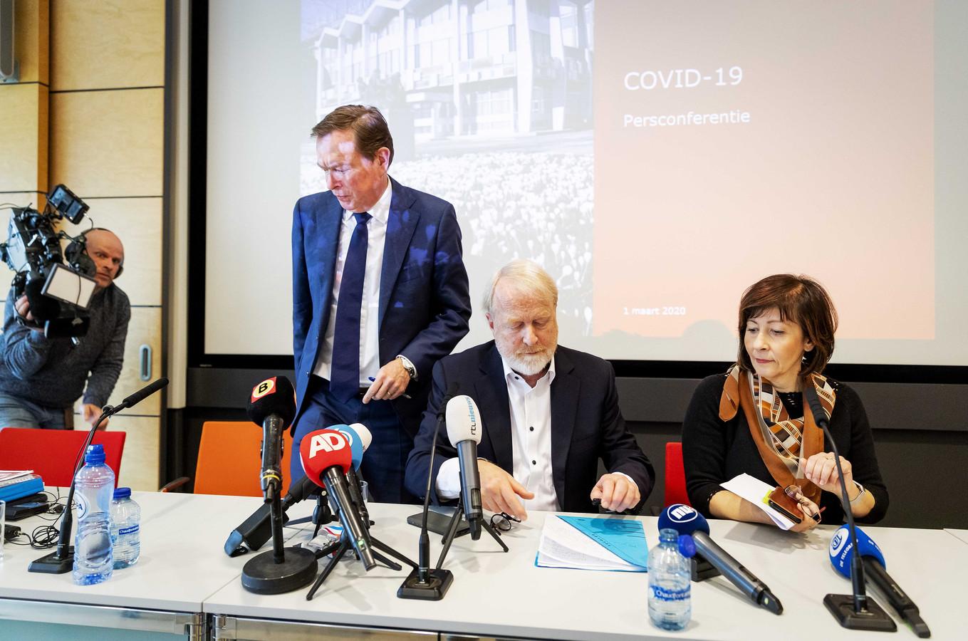 Aura Timen van het RIVM (rechts), met naast zich toenmalig minister Bruno Bruins (staand) en RIVM-collega Jaap van Dissel.