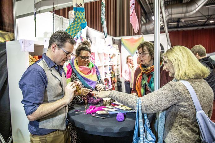 Den Dennis demonstreert zijn handwerkkwaliteiten bij de stand van Happy Crafts.