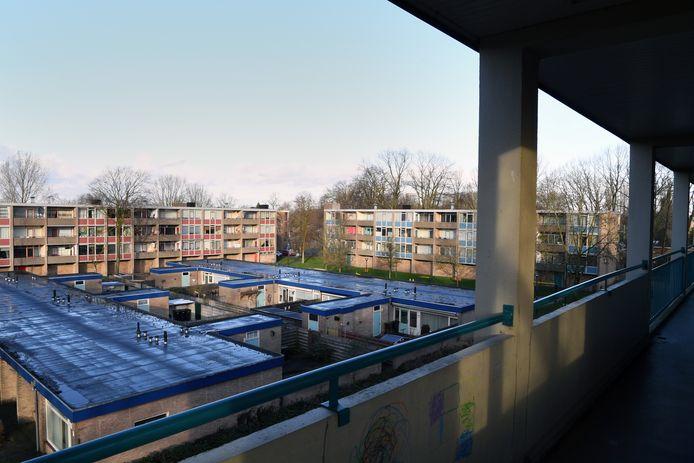 Bewoners hebben de lang te verwachten boodschap te horen gekregen dat hun woning gesloopt gaat worden. Sommigen hebben daar 40 jaar gewoond. Dat zijn flatgebouwen aan de Pasteurstraat, Schweizerstraat en Dunantstraat in Dongen. Precies een vierkantje.  Vanuit de Schweitzerstraat het afbraakvierkant in beeld.