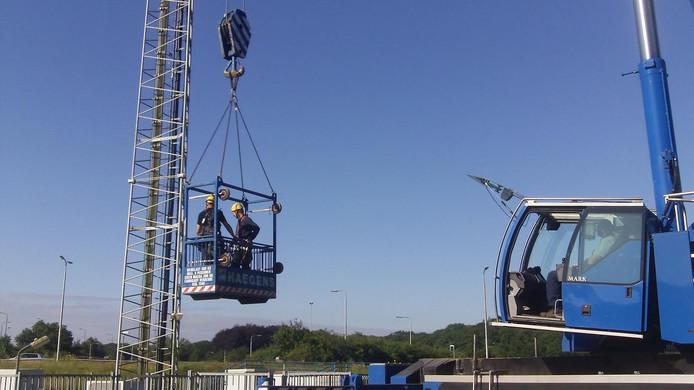 De monteurs werken maandag op zo'n 25 meter hoogte.