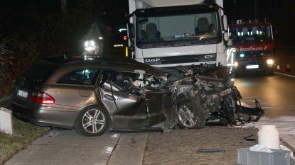 Bestuurder crasht tegen oplegger in Grobbendonk, maar ontsnapt wonderwel zonder zware verwondingen