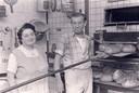 Roger Vansteenkiste en zijn echtgenote Irma Vervaecke midden jaren 70 bij hun bakkersoven.