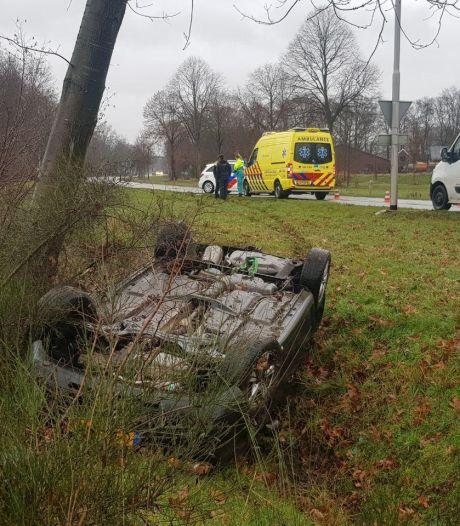 Auto komt op de kop in de sloot terecht bij Aalten