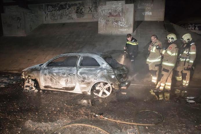 De uitgebrande auto onder het viaduct van de A348.