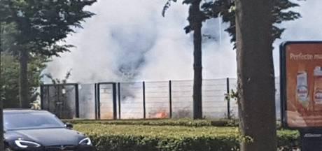 Brand bij berm langs spoorlijn in Apeldoorn