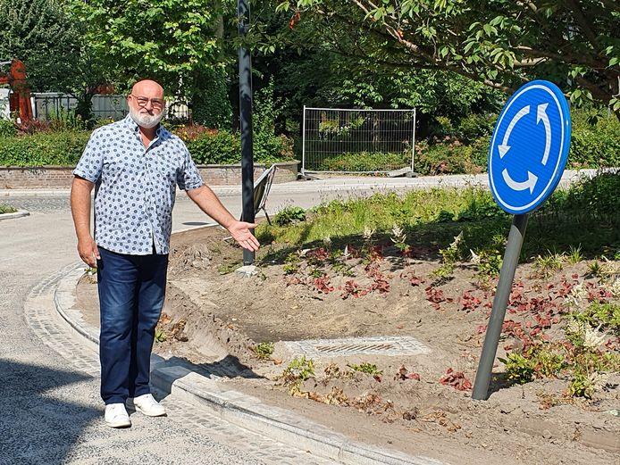 Micha Steeman (N-VA) wijst naar de rijsporen in de rotonde op het Stationsplein.