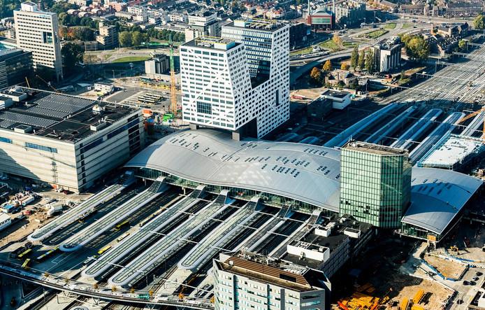 Luchtfoto van treinstation Utrecht Centraal, dat jaarlijks zo'n 88 miljoen reizigers en passanten telt.