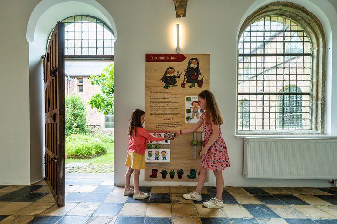 Ook voor de allerkleinsten is zorg als thema al jaar en dag in 't museum verweven.