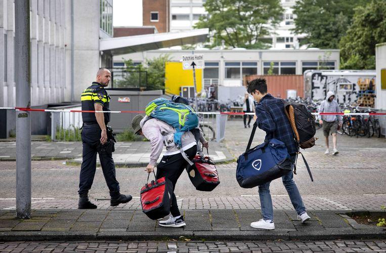 Studenten halen hun spullen op na de brand in hun flat. Beeld ANP