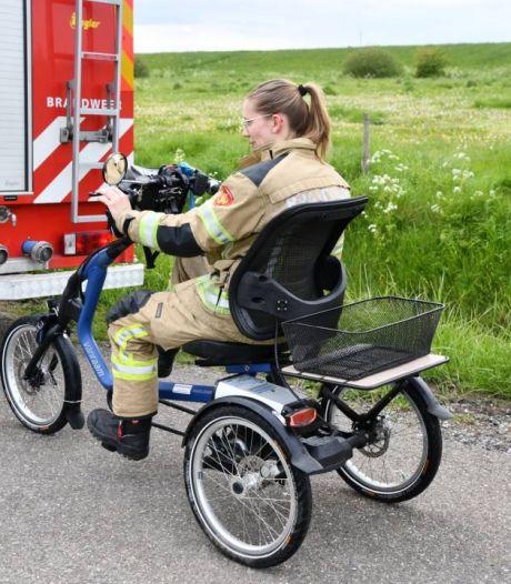 Brandweer rijdt driewieler terug naar vrouw die in de sloot belandde