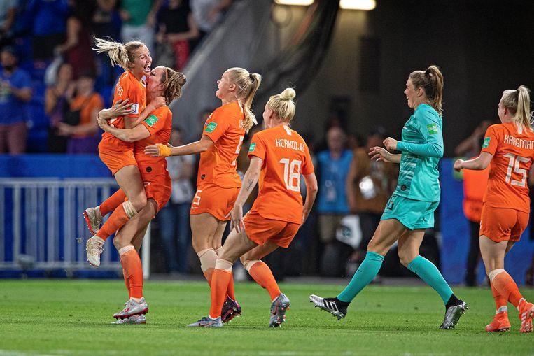 Jackie Groenen wordt besprongen door haar teamgenoten. Beeld Guus Dubbelman / de Volkskrant