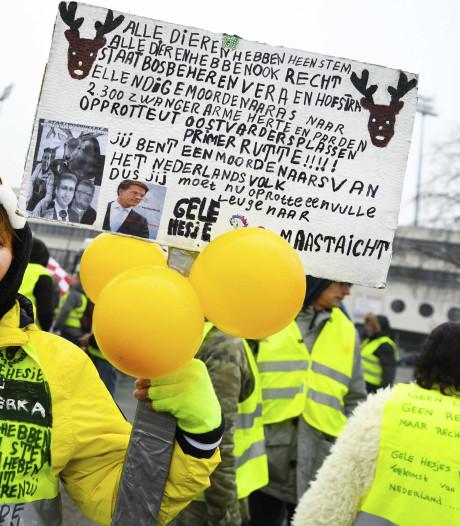 100 gele hesjes demonstreren op Media Park Hilversum