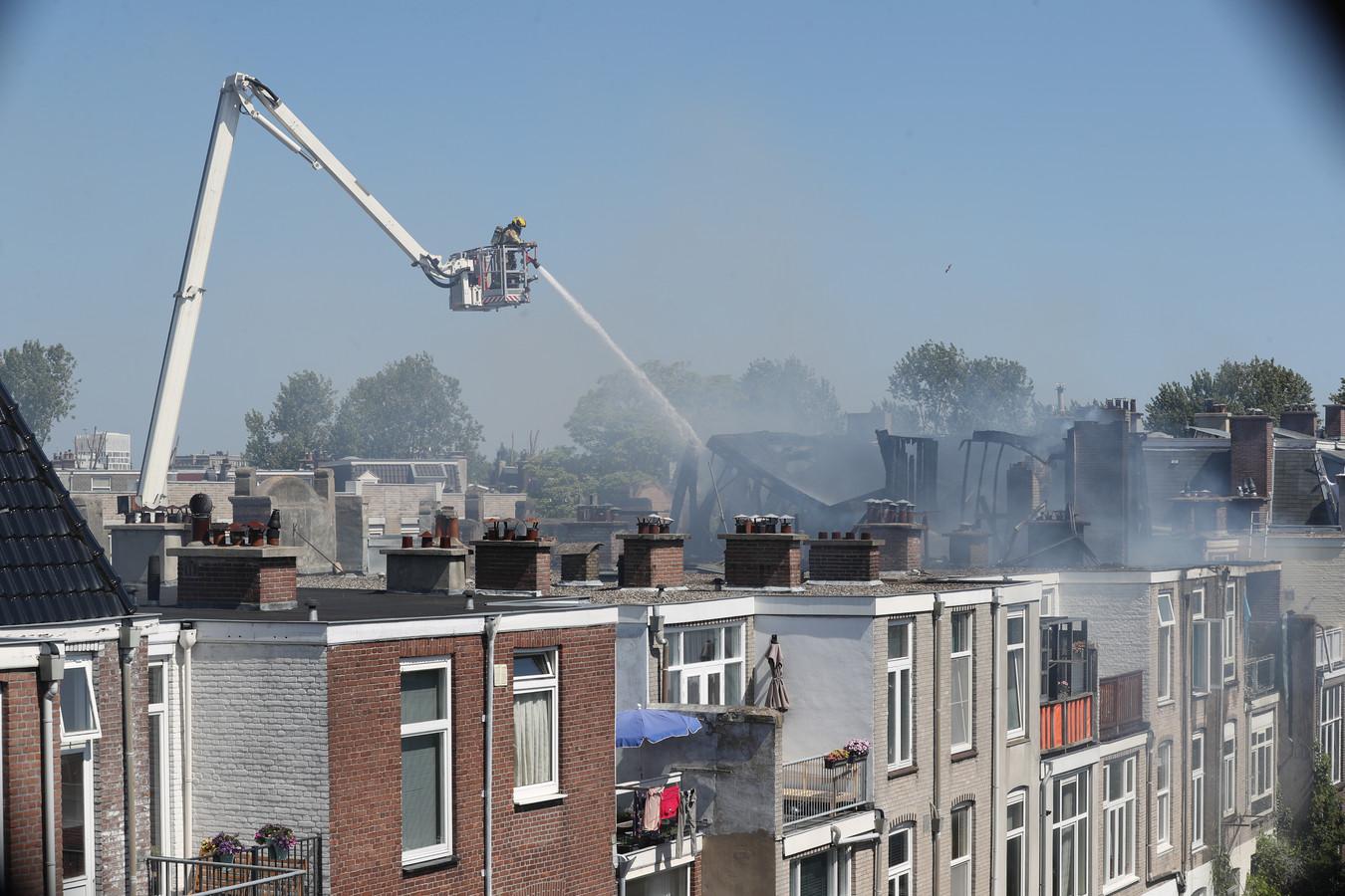 Hevige brand in de aanbouw van een woning aan de Voltastraat.