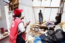 Hulpverleners van het Rode Kruis hulpverleners gaan langs de huizen om te inventariseren wat nodig is voor reparatie