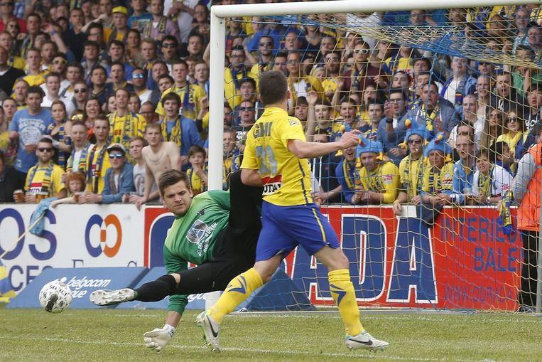 Molenberghs werkt de 1-0 voorbij Hendrik Van Crombrugge binnen. Beeld PHOTO_NEWS