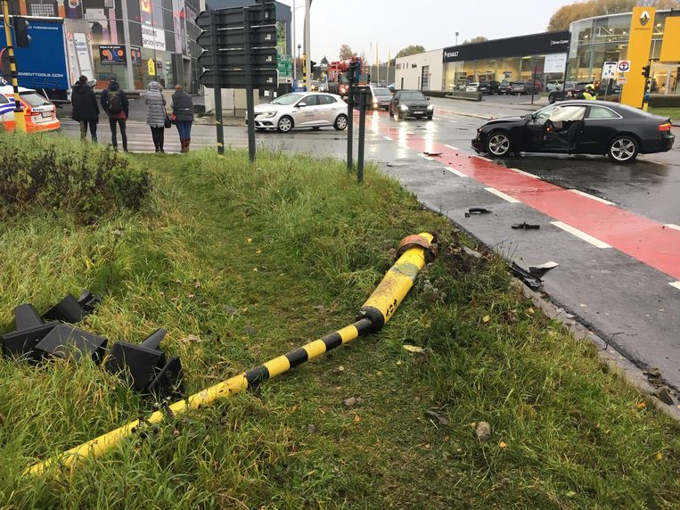 Bij een botsing op het kruispunt ging een paal met verkeerslichten tegen de vlakte.