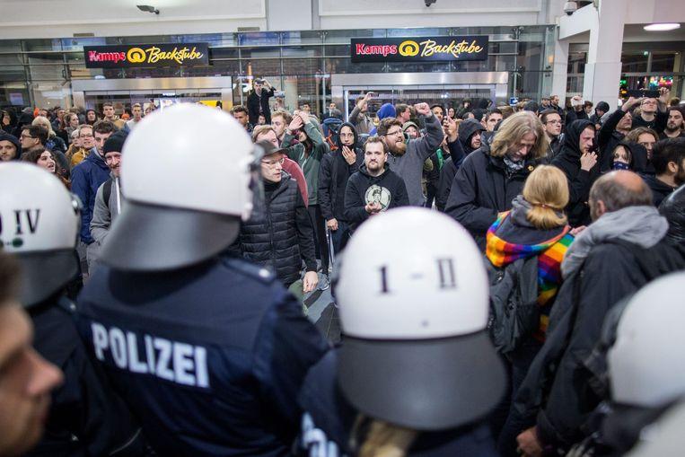 Demonstranten bij het station van Dortmund. Beeld epa