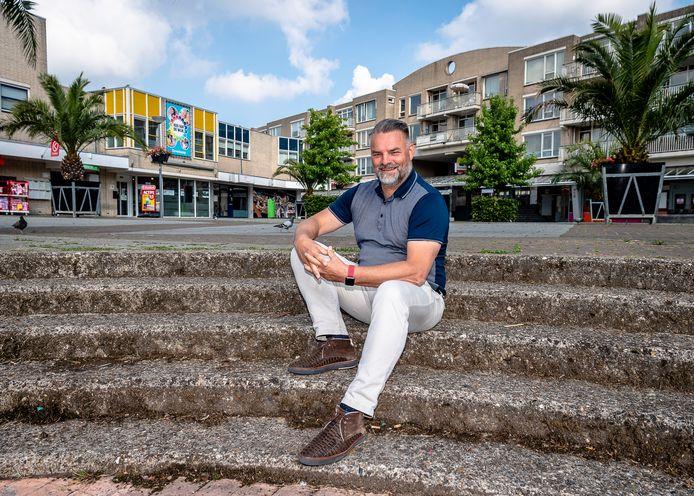 Volgens vastgoedadviseur Arjen de Vries is de komst van Albert Heijn naar het Ambachtsplein met enkele maanden vertraagd. Dat wordt pas na de zomer. Hij is wel verheugd dat de nieuwbouw al volgend jaar kan beginnen.