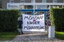 Ouders van leerlingen en sympathisanten van Viruswaarheid Nederland protesteren voor het schoolplein van het Farel College in Amersfoort tegen de mondkapjesplicht die voor leerlingen op de middelbare school geldt.