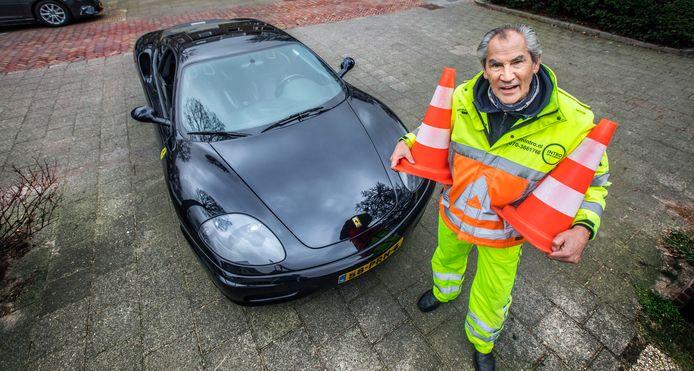 Willem Biljardt is een verkeersregelaar, die in het bezit is van een Ferrari.
