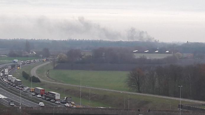 Een brand zorgt voor veel rookontwikkeling op de A58 bij Breda.