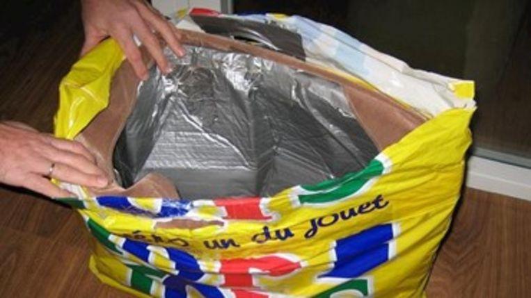 Met folie is deze tas bestendig gemaakt tegen detectiepoortjes.  Beeld