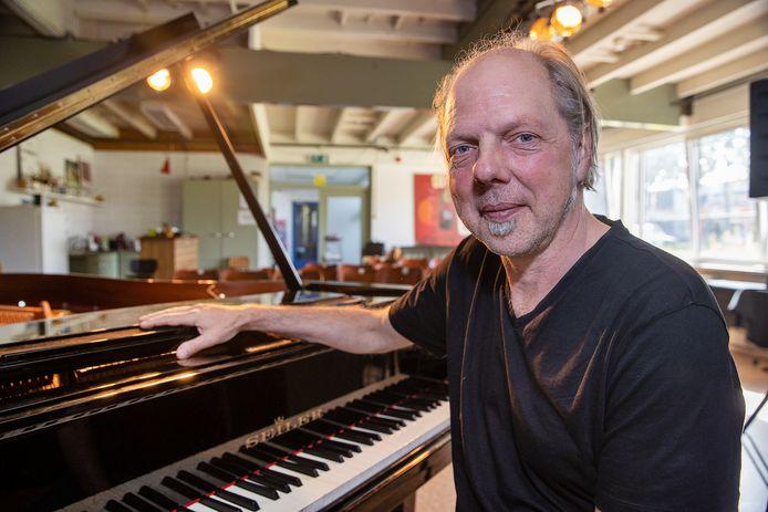 Bart van Dongen in zijn Paviljoen Ongehoorde Muziek in Eindhoven