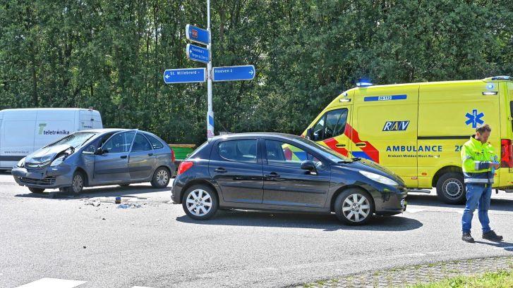 Botsing tussen twee auto's in Hoeven, bestuurster gewond