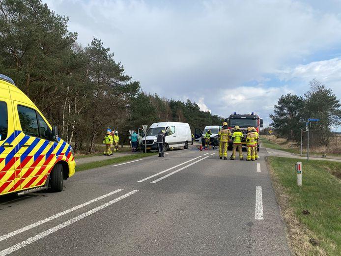 De N302 is momenteel dicht vanwege onderzoek na een ongeval tussen twee bestelbusjes.