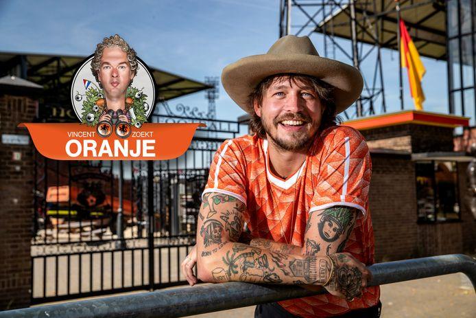 Singer-songwriter Rob Dekay uit Deventer is niet alleen een fanatiek supporter van Go Ahead Eagles, maar ook van Oranje.