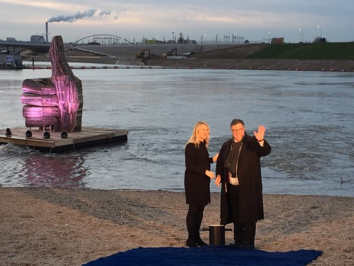 Minister Melanie Schultz van Haegen opent samen burgemeester Hubert Bruls de nevengeul.