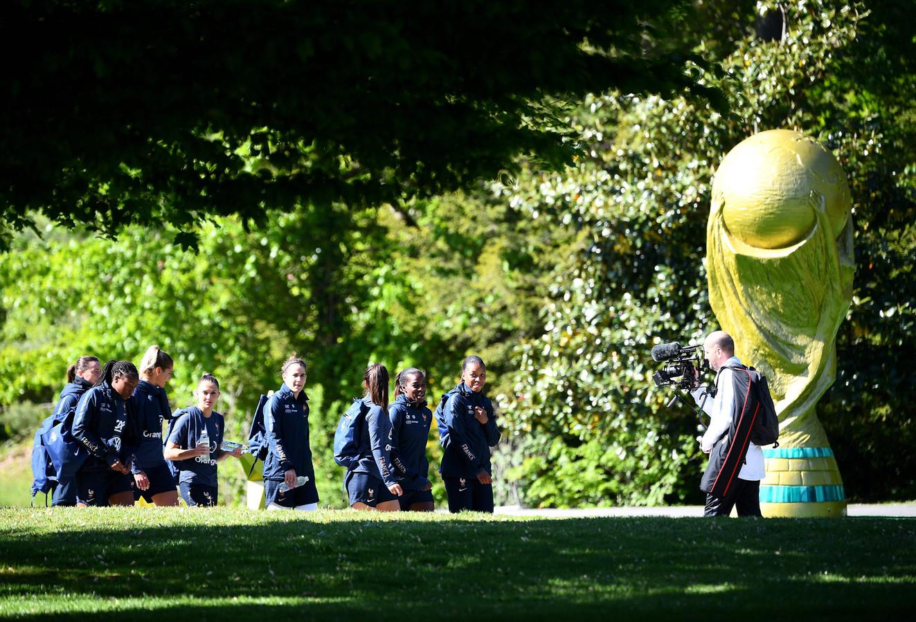 Les Bleues arrivant à l'entraînement, mardi, à Clairefontaine